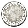 Fotografi av ett 200-kronors minnesmynt i silver, åtsida, Carl von Linné 300 år